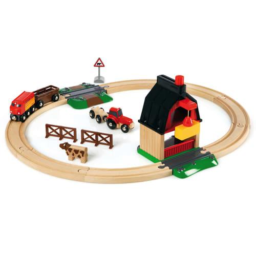 Med tog, lade, traktor, dyr og vogne