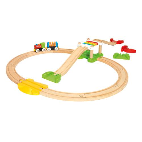 Med tog, vogn, hængebro og togskinner