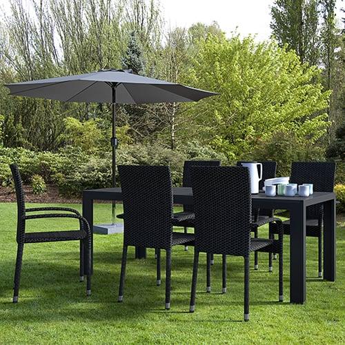 Bord i nonwood og 6 stabelbare stole i polyrattan