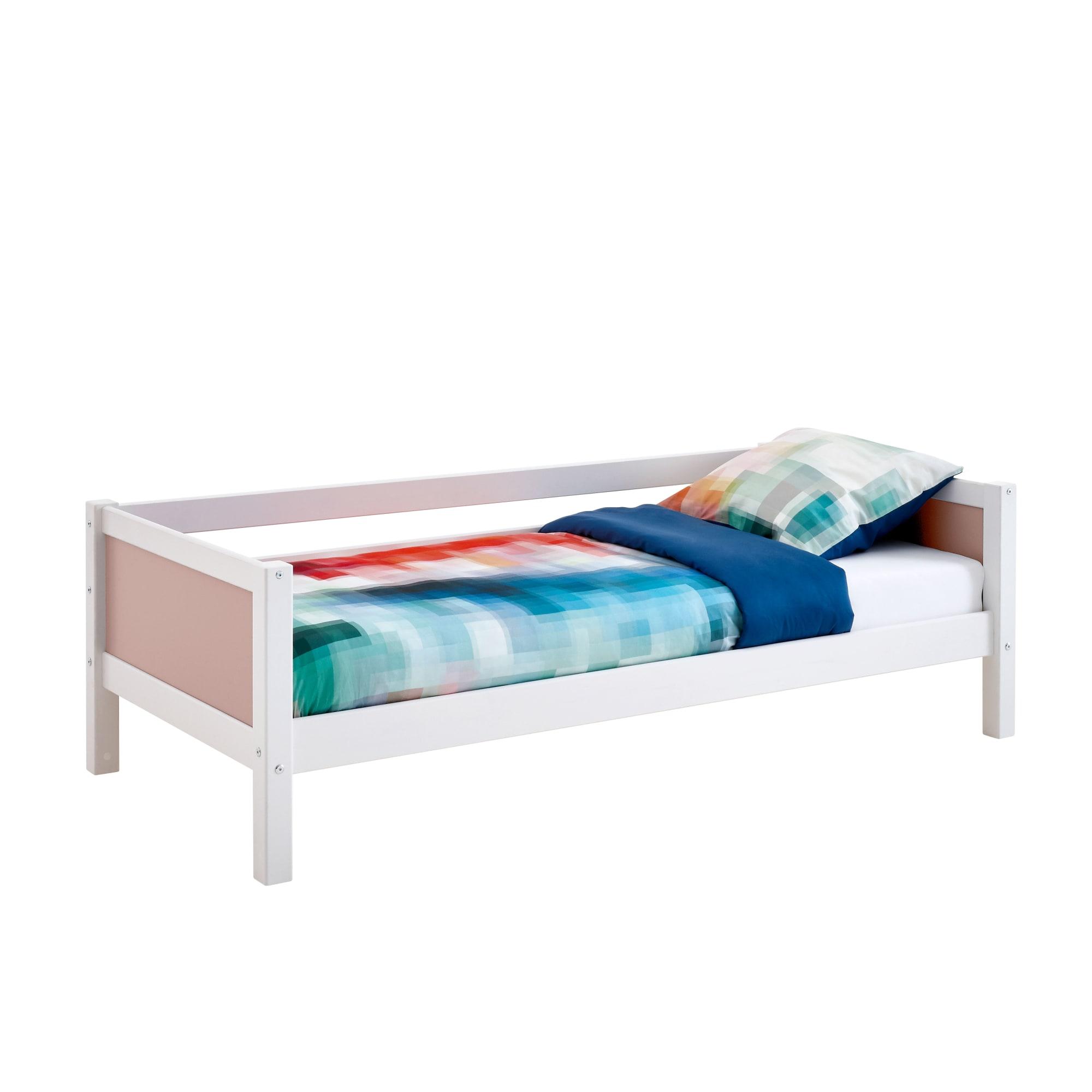 90 x 200 cm - Med sengehest til den ene side og rosafarvede gavle